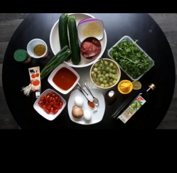 Gefüllte Zucchini mit Ei und dazu ein Avocado-Rucola-Salat